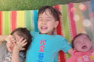 霍启刚晒三个孩子合影