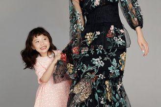 超模李丹妮带女儿登杂志封面