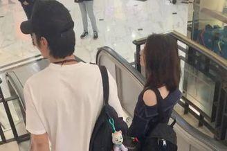 洪欣张丹峰牵女儿逛街