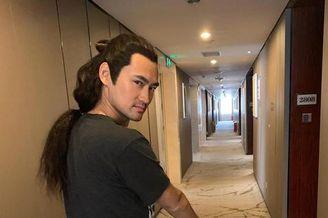 袁弘戴着假发套在酒店遛娃