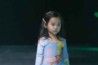 董璇女儿穿纱裙走秀变小仙女
