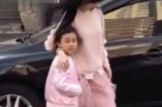 李小璐穿粉嫩纱裙带女儿现身