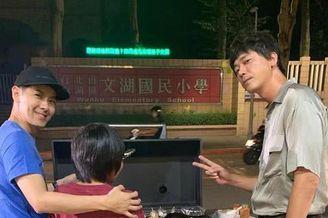 林志颖带儿子与信中秋吃烧烤