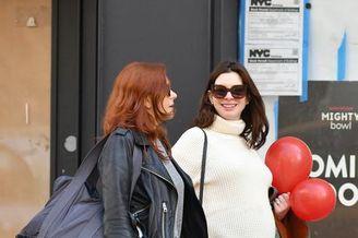 安妮·海瑟薇挺孕肚与闺蜜散步