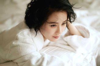 刘诗诗白色浴袍出镜