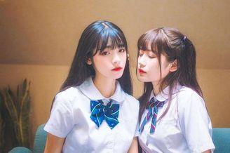清纯软妹组团拍摄温情姐妹照