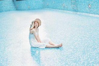 穿吊带白裙的日本短发女孩