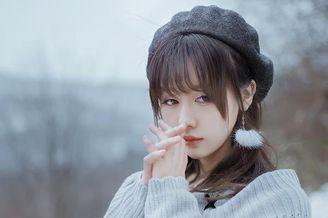 清纯少女雪中漫步
