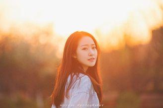 夕阳下唯美的素颜长发女孩