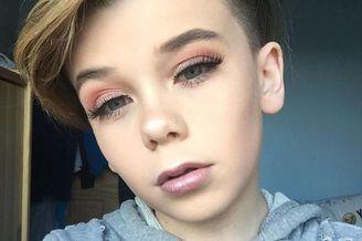 英10岁男孩化妆技术高超走红