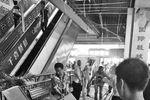商场天花板或因装修震动坠落 多人被砸伤