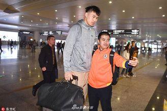 山东高速男篮抵达杭州