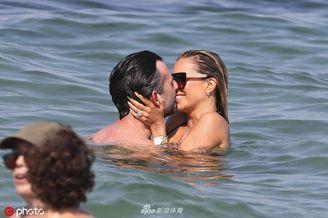 范德法特前妻西尔维海滩度假