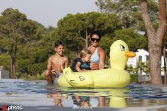 瓦尔迪爱妻带孩子泡游泳池