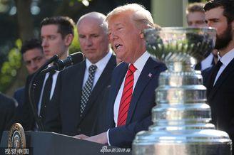 特朗普会见NHL总冠军赠球衣