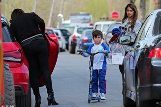 安东内拉携儿子们上街