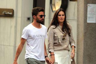 博里尼携妻子逛街短裤人字拖