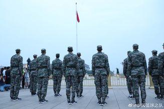 中国男篮观看升国旗仪式