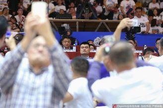 姚明观战总决赛,球迷争相拍照
