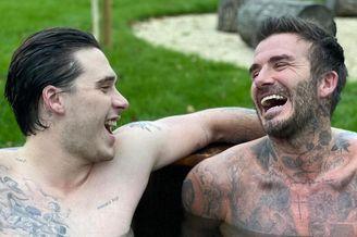 小贝和儿子赤裸共浴 纹身晃眼