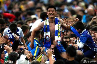 武磊被西班牙人球迷高高举起