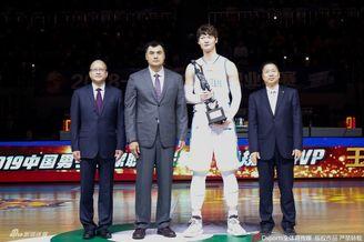 """王哲林领取MVP?#21271;?#25112;神杯"""""""