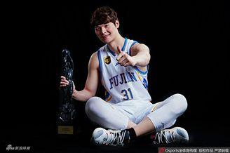 王哲林常规赛MVP写真
