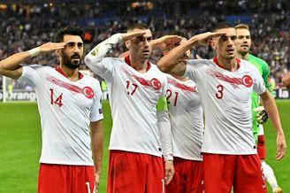 土耳其进球后集体敬军礼!