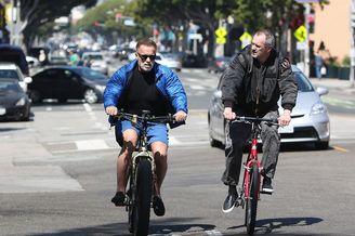 72岁施瓦辛格街头骑自行车
