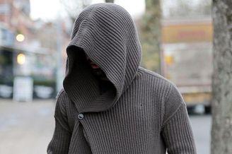 萨拉赫外出宽大毛衣蒙头遮面