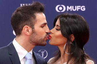 小法携妻子出席活动深情热吻