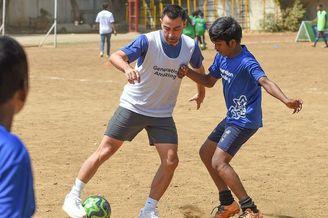 哈维出席活动与小球员同场竞技