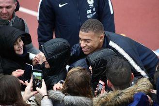 法国训练备战 球迷热捧人气旺