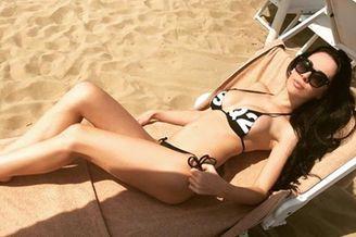 意甲名将前妻完美深V 沙滩涉水