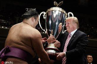 特朗普观看相扑颁30公斤重奖杯