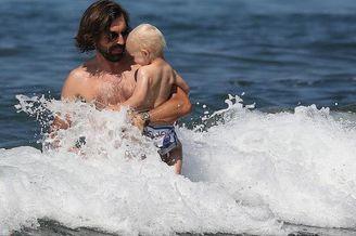 皮尔洛携妻儿度假抱儿冲浪