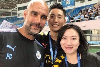 曼城抵达中国!群星合影女球迷