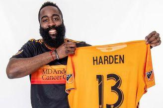 哈登穿休斯顿足球队球衣拍写真