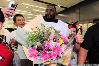 斯蒂芬森抵达辽宁球迷热情接机