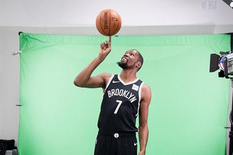 杜兰特穿上篮网7号拍球队写真