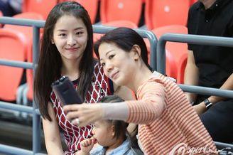 孙桐林妻子携女儿观战北控比赛