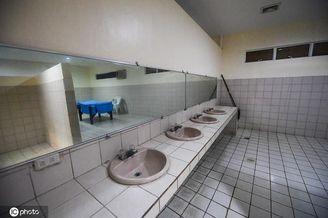 菲律宾主场更衣室简陋砖都黑了