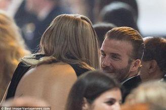 贝克汉姆与美女热聊拥抱