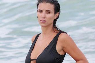 萨尼亚妻子海边度假前凸后翘