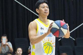 61岁张丰毅篮球场上霸气秀肌肉