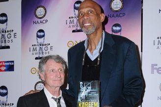 NBA传奇贾巴尔出席颁奖礼