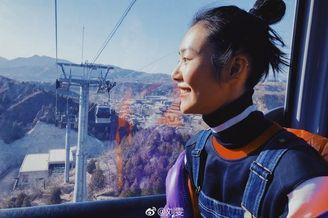 超模刘雯爬长城拍美照