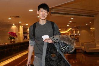 中国男篮蓝队球员抵达东莞备战