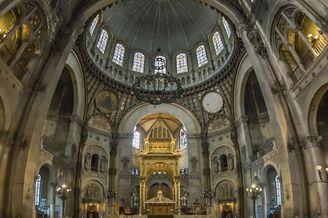 巴黎教堂的垂直全景