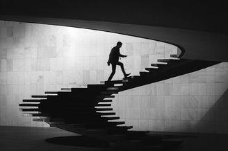 沉寂深邃的黑白建筑摄影 人与空间的灵巧互动